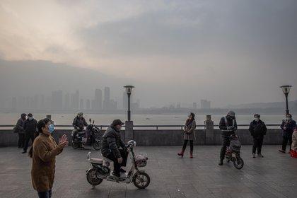 La Comisión Nacional de Sanidad de China informó hoy de que el país diagnosticó 124 nuevos casos de la covid el domingo, de los cuales 117 fueron por contagio local en contraste con las 65 infecciones de este tipo registradas el día anterior. EFE/EPA/ROMAN PILIPEY