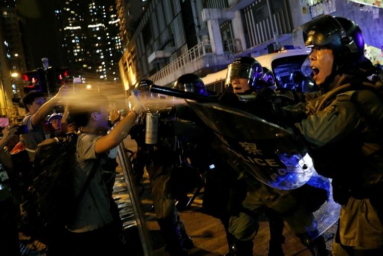 La policía usa gas pimienta sobre los manifestantes (Reuters)