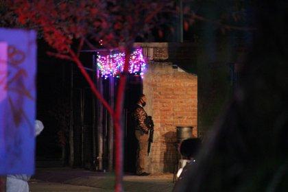CELAYA, GUANAJUATO, 07ENERO2021.- Nueve hombres  fueron asesinados a balazos en un velorio de la colonia Arboledas de San Rafael. Los hechos ocurrieron a las 9 de la noche en un domicilio de la calle Chapultepec. Las víctimas velaban un cuerpo cuando hombres armados ingresaron y dispararon con armas largas a los asistentes. Algunos intentaron escapar pero fueron alcanzados por las balas. Cuatro quedaron en la vía pública y cinco al interior de la vivienda. FOTO: DIEGO COSTA/CUARTOSCURO.COM