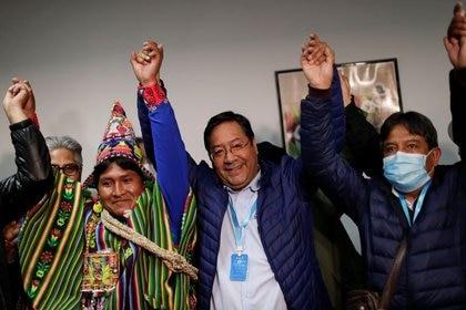 Luis Arce celebra la victoria en las elecciones junto a su vicepresidente David Choquehuanca (derecha) (REUTERS/Ueslei Marcelino)