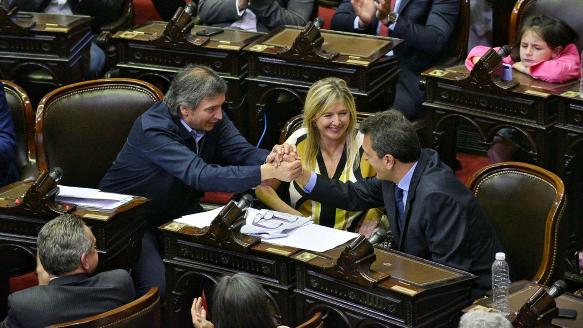 Máximo Kirchner saluda a Sergio Massa, el nuevo presidente de la Cámara de Diputados