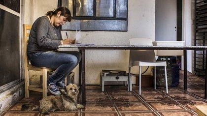 Por la pandemia, Fernanda Miño suele trabajar desde su casa del barrio La Cava, en el municipio de San Isidro.