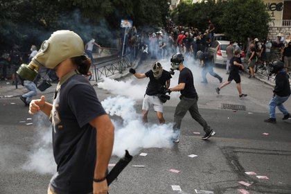 Hubo disturbios y la policía arrojó bombas de gas lacrimógeno en las afueras del tribunal que dictó la sentencia (REUTERS/Costas Baltas)