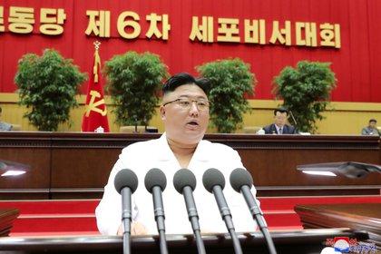 Foto de archivo: El dictador norcoreano Kim Jong-un se dirige a una conferencia de secretarios de célula del gobernante Partido de los Trabajadores en Pyongyang, en esta foto sin fecha publicada el 7 de abril de 2021 por la Agencia Central de Noticias de Corea (KCNA)