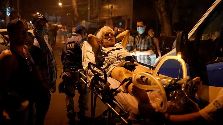 El traslado de los pacientes (AP Photo/Leo Correa)