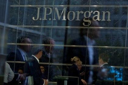 Foto de archivo: Ventanas de las oficinas de Canary Wharf de JP Morgan en Londres el 19 de septiembre de 2013 (Reuters/ Neil Hall)