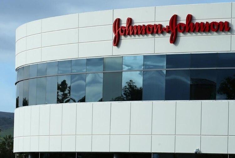 """Johnson & Johnson, con sede en New Brunswick, Nueva Jersey, admitió que el Departamento de Justicia y la SEC """"han realizado consultas preliminares a la compañía""""sobre el supuesto pago de sobornos en la venta de equipo médico a Brasil"""