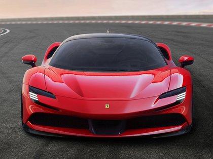 Intimidante es la mirada que entrega la SF90 Stradale al verla de frente. (Ferrari)