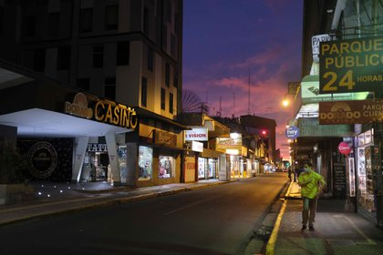 View of a street and several empty businesses, on August 13, 2020, in San José (Costa Rica).  EFE / Jeffrey Arguedas / Archive