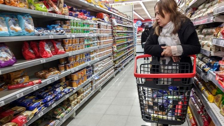 Las familias analizan los precios antes de decidir la compra de un producto