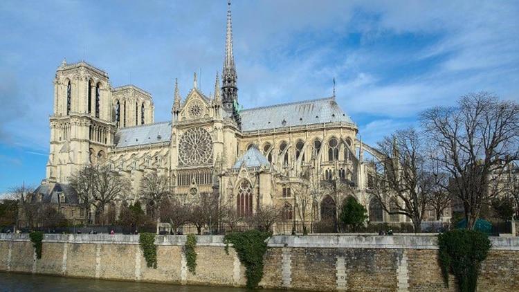 Vista lateral de la Catedral de París
