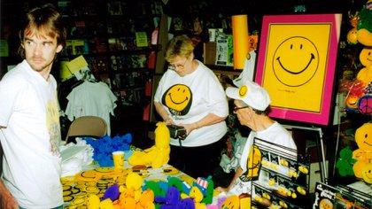Harvey Ball durante una sesión de firmas de su gran creación, la carita feliz, en 1998.