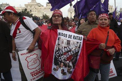 Manifestantes protestan contra el congreso peruano (AP/Martin Mejia)