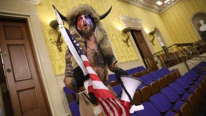 """Angeli grita """"Libertad"""" dentro de la cámara del Senado después de que se violara la seguridad del Capitolio de EEUU durante una sesión conjunta del Congreso el 06 de enero de 2021 en Washington, DC (Win McNamee/Getty Images/AFP)"""