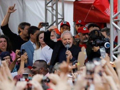 Luiz Inacio Lula da Silva tras su liberación de prisión (REUTERS/Rodolfo Buhrer)