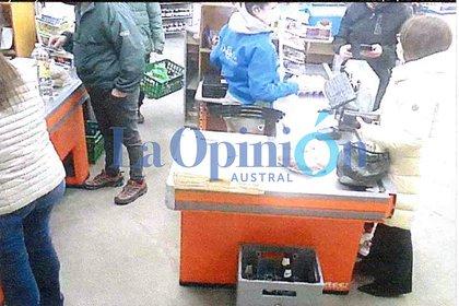Gutierrez en presencia de varios clientes y de los empleados del supermercado (Gentileza: La Opinión austral)