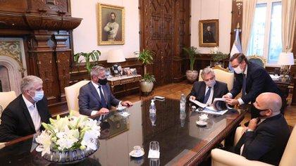 El presidente Alberto Fernandez junto al gobernador de Chubut, Mariano Arcioni, en una reunión sobre el proyecto de rezonificación minera de Chubut