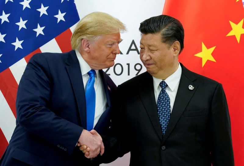 El presidente de Estados Unidos, Donald Trump, se reúne con el presidente chino Xi Jinping al inicio de su reunión bilateral en la cumbre de líderes del G20 en Osaka, Japón, el 29 de junio de 2019. REUTERS/Kevin Lamarque/File Photo