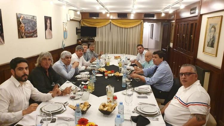 Hugo Moyano y otros dirigentes del gremio junto al ministro Moroni, en la comida que mantuvieron a fin de año