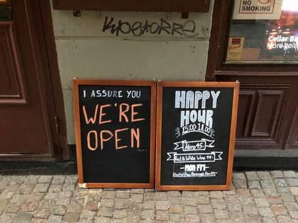 Un letrero asegura a las personas que el bar está abierto durante el brote de coronavirus, afuera de un pub en Estocolmo (Reuters)
