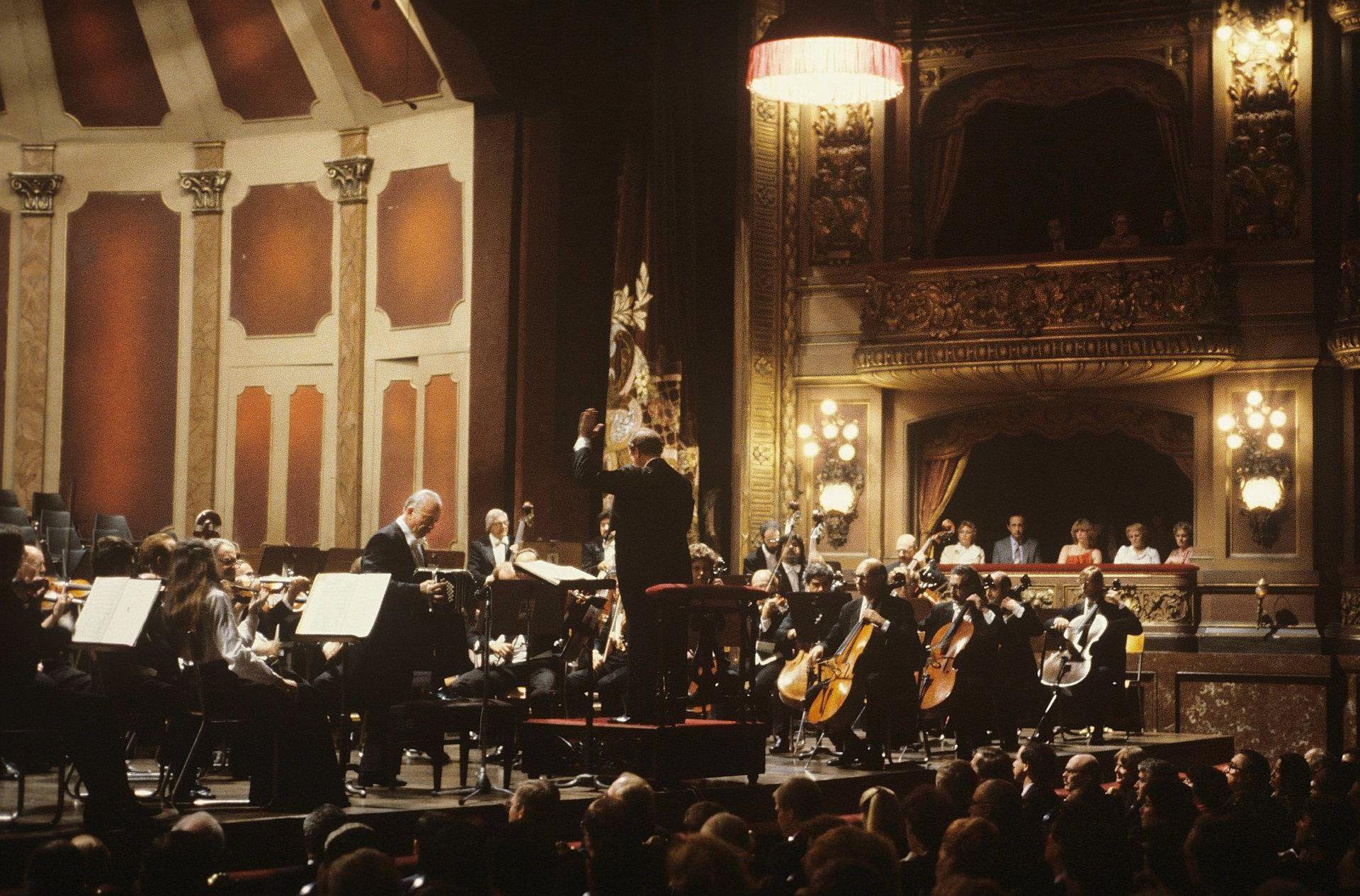 Astor Piazzolla junto a la Orquesta Filarmónica de Buenos Aires - 1983 - (c) Arnaldo Colombaroli (1)