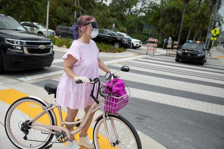 Un mujer en Miami Beach, Florida, U.S., April 8, 2020. REUTERS/Marco Bello