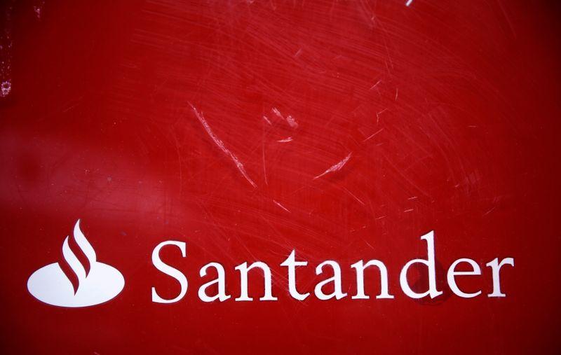 El logotipo del banco Santander en una sucursal en el centro de Madrid, 3 de febrero de 2015. REUTERS/Andrea Comas