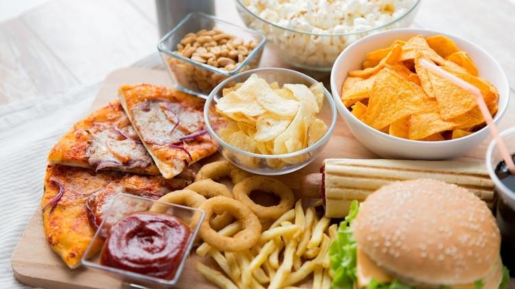 Cuando se reemplaza la comida casera por otras más industrializadas del mismo tipo, se incorporan en promedio un 30% de calorías extras (Shutterstock)