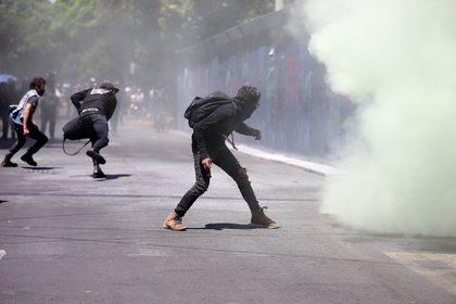 Grupo de manifestantes protestaron a las afueras de la Embajada de Estados Unidos en Ciudad de México. (Foto: Sáshenka Gutiérrez/EFE)