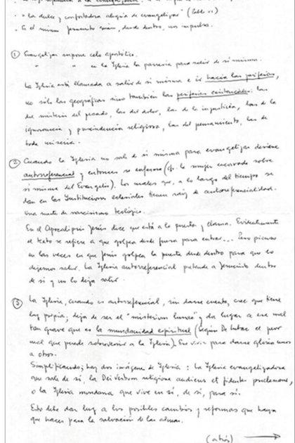 Foto del manucristo original y texto de la ponencia de Jorge Bergoglio antes de ser ungido Papa. Fuente: L'Osservatore Romano, edición en español