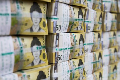 Genuine bundles of South Korean 50,000 won banknotes are arranged for a photograph at the Counterfeit Notes Response Center of KEB Hana Bank in Seoul, South Korea, on Monday, Aug. 14, 2017. The won advanced for the first day in four as top U.S. national security officials sought to damp down talk of am imminent war with North Korea following days of heightened rhetoric. Photographer: SeongJoon Cho/Bloomberg