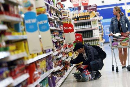 """La aceleración de la inflación está detrás del aumento de la """"línea de pobreza"""". En octubre, el rubro """"Alimentos y Bebidas"""" aumentó 4,8% REUTERS/Neil Hall"""