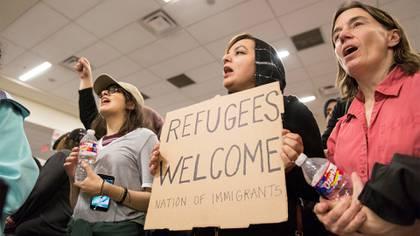 Tras la firma del decreto controversial, hubo protestas en los aeropuertos estadounidenses (Reuters)
