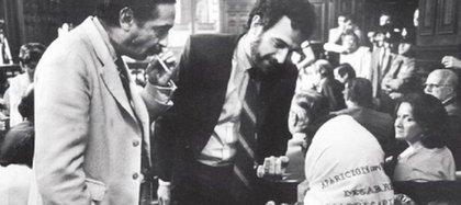 Los fiscales Julio César Strassera y Luis Moreno Ocampo le piden a Hebe de Bonafini que se quite el pañuelo de Madres de Plaza de Mayo. En la sala no se permitía ningún símbolo político