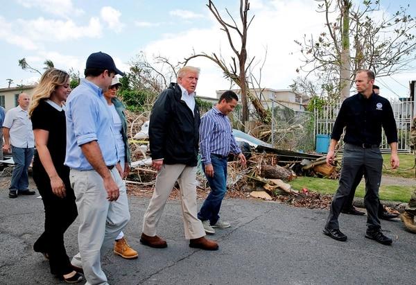 El presidente estadounidense Donald Trump recorre las zonas afectadas por el huracán María en Puerto Rico, junto con la primera dama Melania Trump, el alcalde de Guaynabo Mayor Angel Perez Otero, el administrador del FEMA Brock Long y el gobernador de la isla Ricardo Rossello y su esposa Beatriz Areizeaga (Reuters)