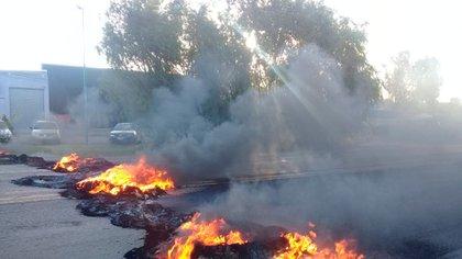 Los vecinos quemaron gomas y denuncian que hubo disparos contra los jóvenes