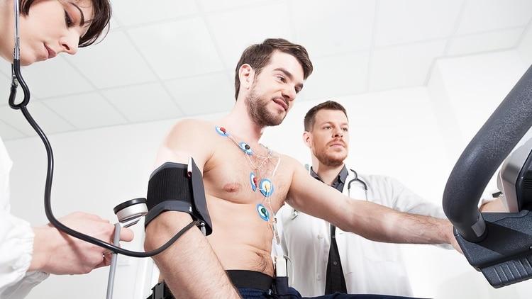 Desde el inicio de la cuarentena, los hospitales y centros de salud casi no atienden a pacientes cardiovasculares (Shutterstock)