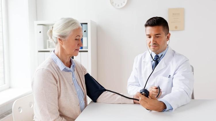 En los adultos mayores es común el desarrollo de la hipertensión arterial (Shutterstock)