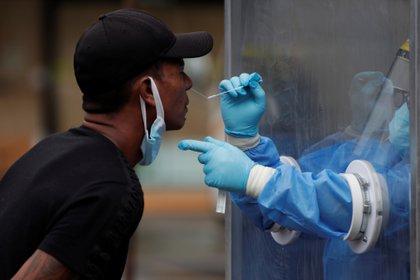 Un hombre se somete a una prueba hisopada de coronavirus, en Ciudad de Panamá (EFE/Bienvenido Velasco/Archivo)