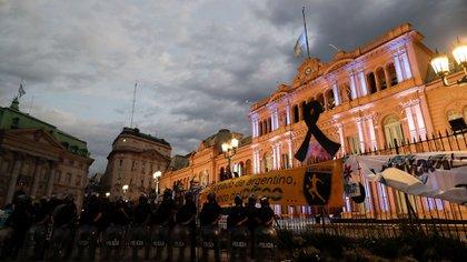Desde ayer a la noche, miles de personas comenzaron a acercarse a Casa Rosada para la despedida de Diego Maradona