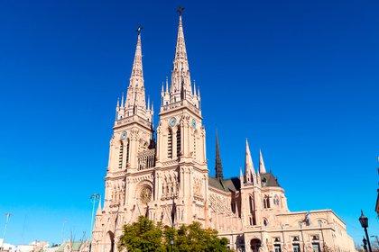 La Basílica de Nuestra Señora de Luján se erige en la ciudad de Luján, a unos 70 km al oeste de la Ciudad Autónoma de Buenos Aires. Imponente monumento de fe, característico del siglo XIII y uno de los más importantes casos del estilo neogótico de Argentina (Shutterstock)