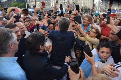 Macri saludó a la gente antes de subir al escenario (Franco Fafasuli)