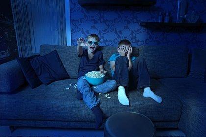 La pandemia por COVID-19 incrementó el tiempo en la TV e Internet (Shutterstock)