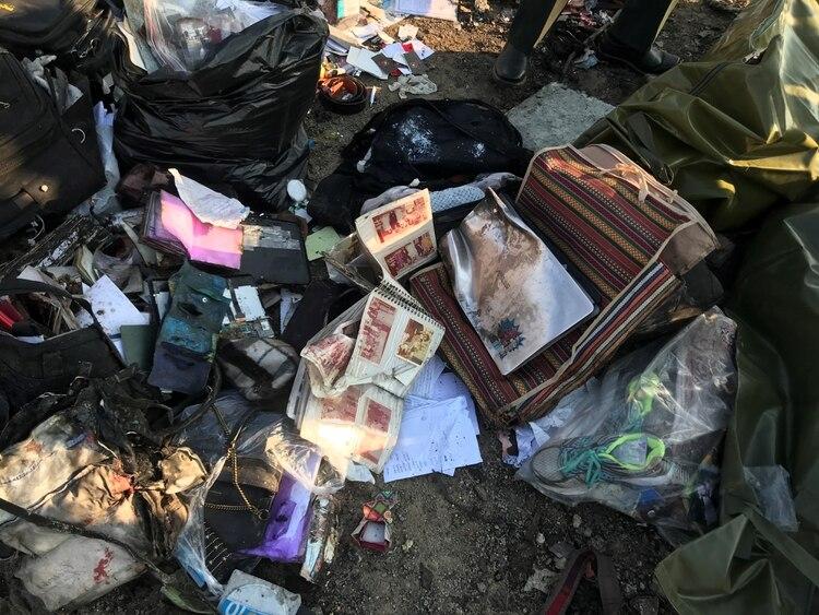 Las pertenencias de los pasajeros en el lugar del accidente (Nazanin Tabatabaee/WANA via REUTERS)