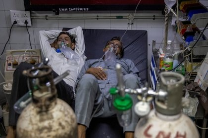 Personas en un hospital en Nueva Delhi reciben oxigeno. REUTERS/Danish Siddiqui/File Photo