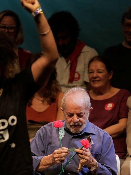 Lula da Silva junto a intelectuales y artistas en un acto en Rio de Janeiro, en una foto de archivo de diciembre de 2018 (Reuters)