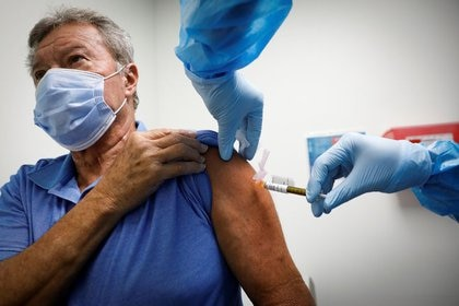 Un voluntario es inyectado con una vacuna mientras participa en un estudio de vacunación contra la enfermedad coronavirus (COVID-19) en los Centros de Investigación de América, en Hollywood, Florida, EEUU, el 24 de septiembre de 2020. REUTERS/Marco Bello