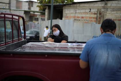 Una mujer llora al lado de un ataúd en Guayaquil (REUTERS/Vicente Gaibor del Pino)