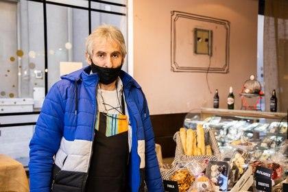 Ramón, empleado de un bar: detrás suyo el espacio donde había una TV que los ladrones se llevaron
