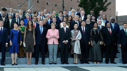 Los líderes del G-20 posan con sus esposas y maridos (Presidencia)